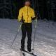 auf Skiern im Dunkeln